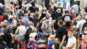 Pasajeros en el aeropuerto se registran para los vuelos que salen de Brisbane.