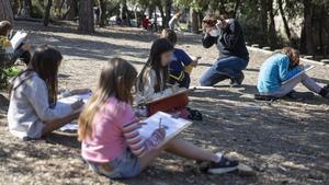Clase al aire libreen el colegio CEIP Els Xiprers de Collserola, hace unos días.
