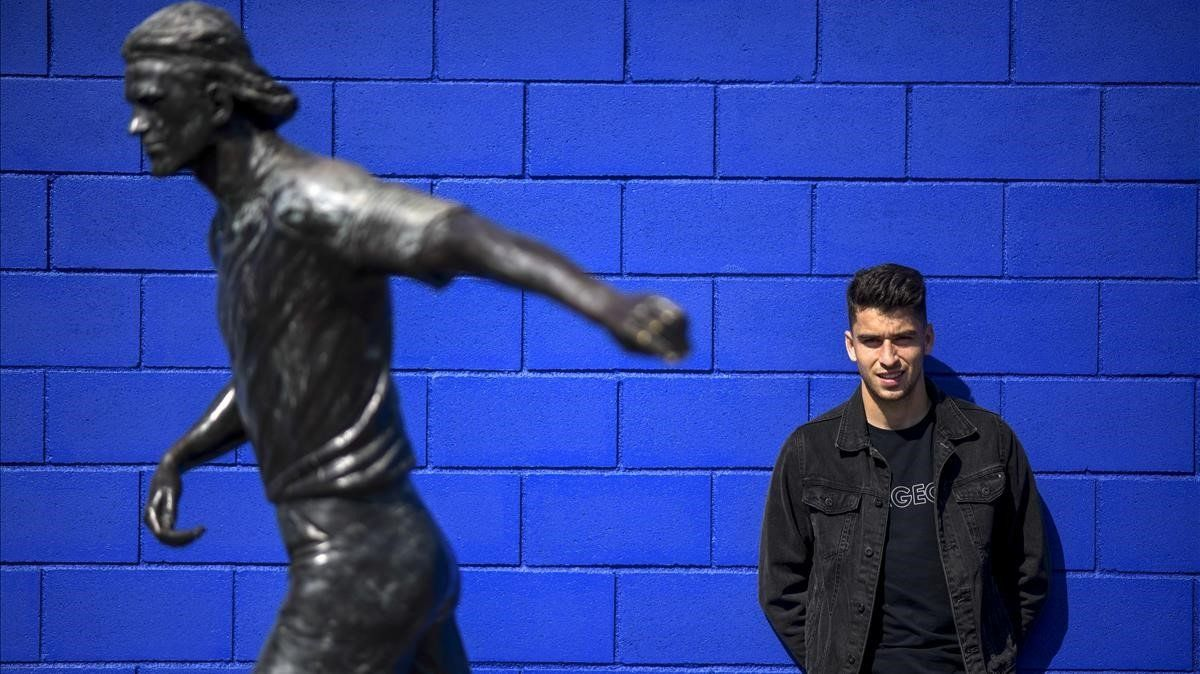 Marc Roca posa para EL PERIÓDICOjunto a la estatua de Dani Jarque en la ciudad deportiva del Espanyol.