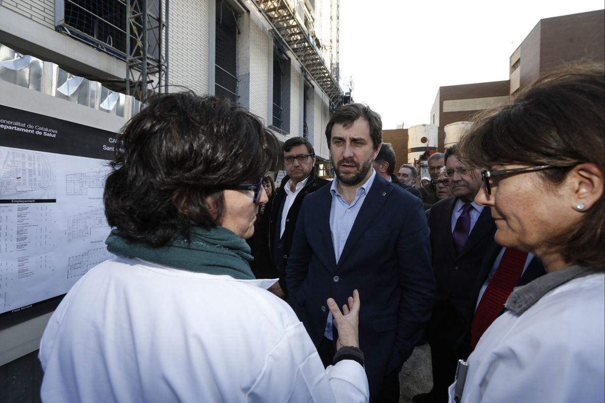 El 'conseller' de Salut, Antoni Comín, conversa con el personal sanitario de un CAP, en febrero del 2016.