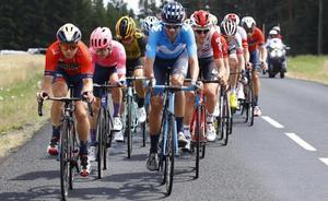 Marc Soler, al frente del pelotón, durante el Tour del año pasado.