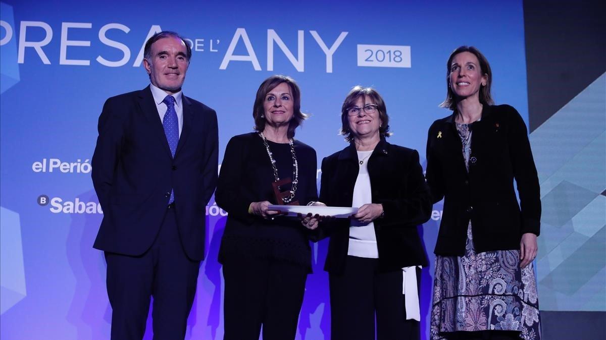 Entrega del premio Innova a Imma y Joana Amat por parte de Angels Chacón y Conrado Carnal.