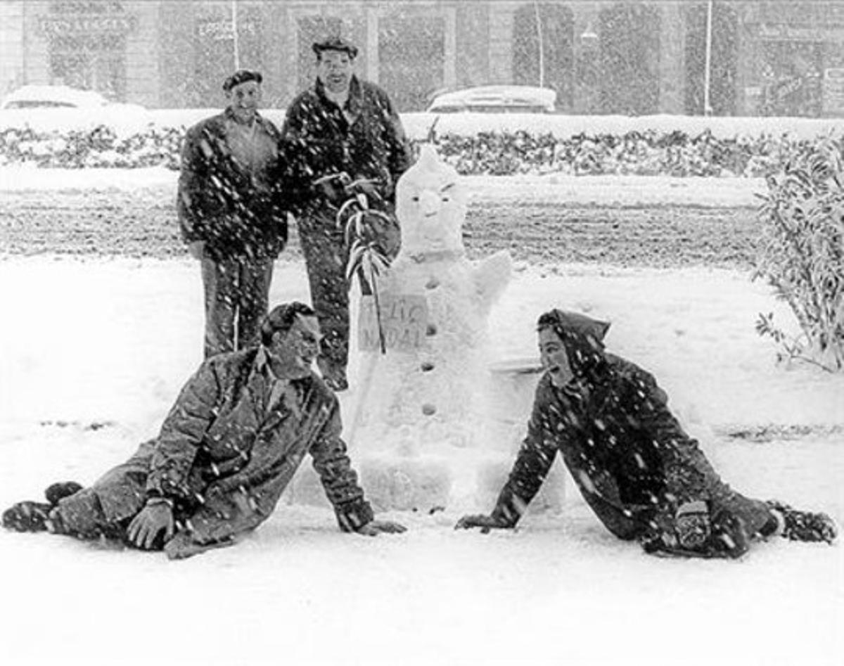 La plaza de Catalunya cubierta de nieve el día de Navidad de 1962.