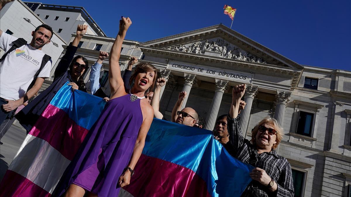 Activistas trans durante una protesta ante el Congreso de los Diputados.