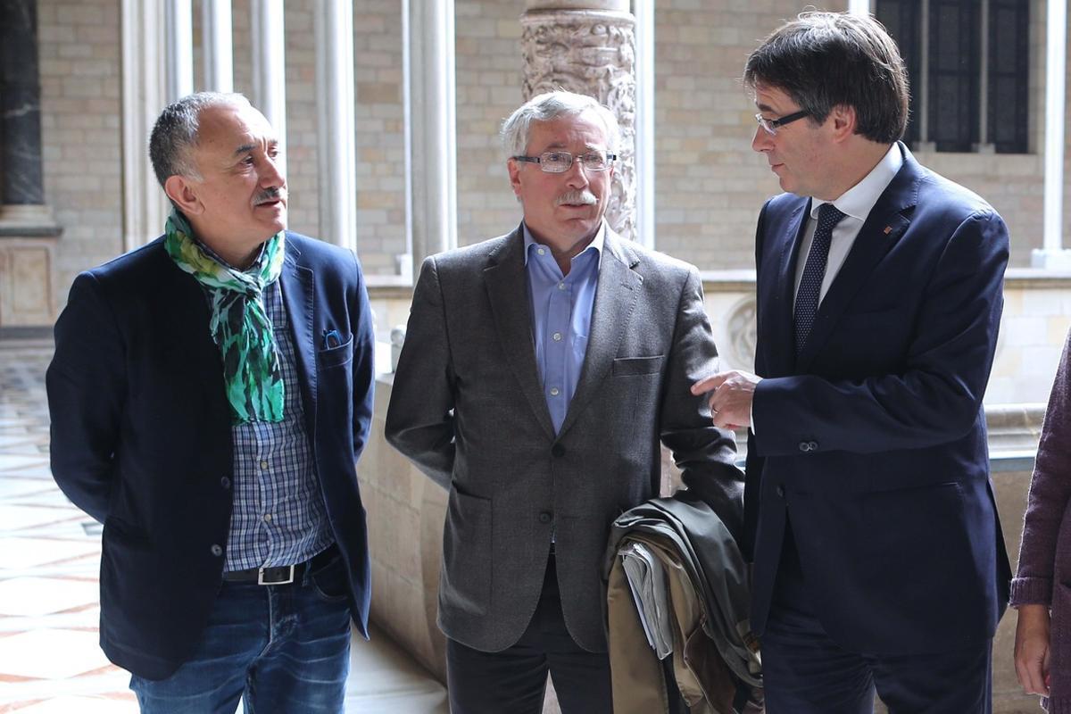 El presidente de la Generalitat, Carles Puigdemont, con los secretarios generales de CCOO, Ignácio Fernández Toxo, y de UGT, Josep Maria Álvarez.