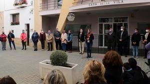 Concentración en la Casa de la Vila de la Bisbal del Penedès para condenar el asesinato de una mujer a manos de su pareja, el pasado día 27.