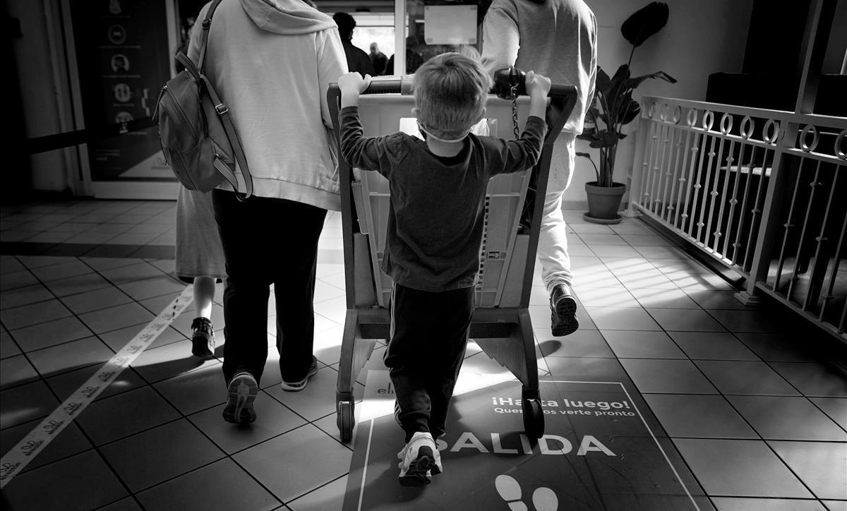 Una familia termina de aprovisionarse en un centro comercial madrileño en territorio no confinado por el gobierno autonómico.