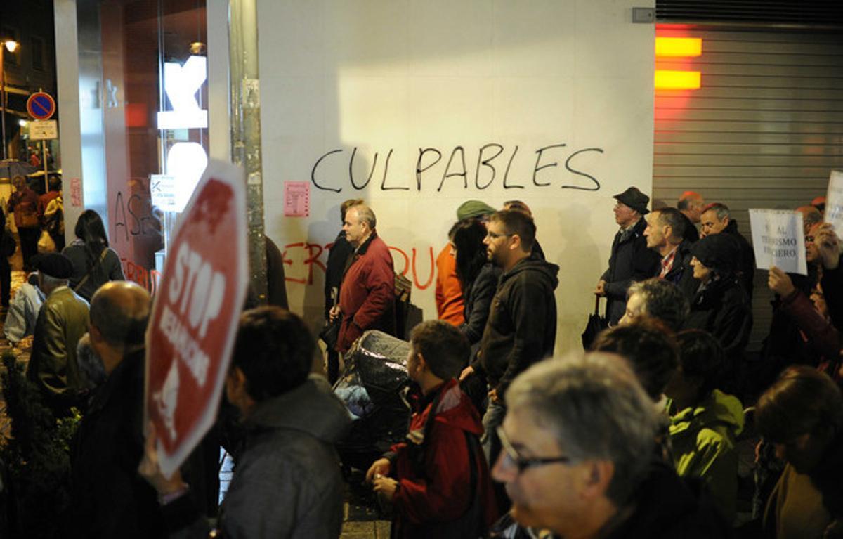 Manifestación en contra de los desahucios, el viernes por la noche en Barakaldo.