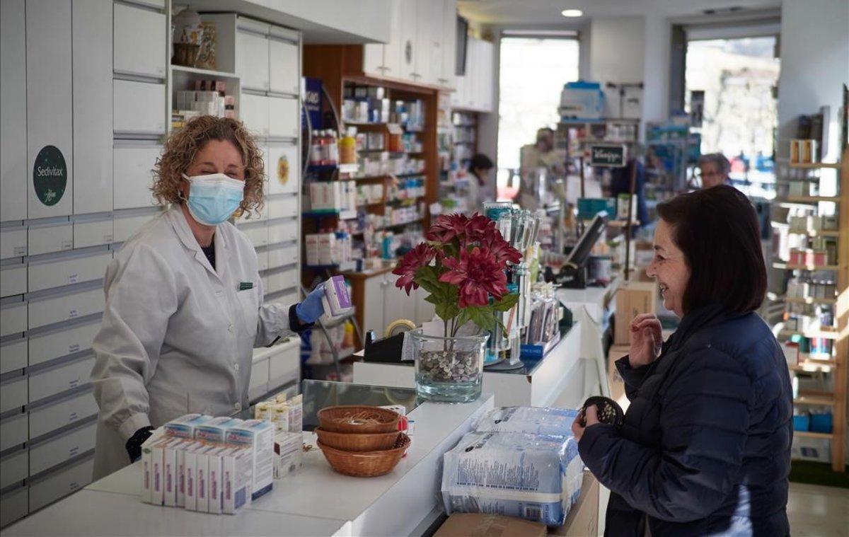 Una mujer compra en una farmacia.