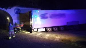 Camión accidentado el martes por la noche en L'Ametlla (el nombre de la empresa ha sido borrado por Trànsit).