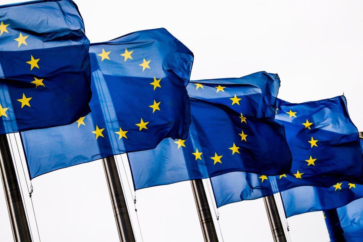 EPA1859  BRUSELAS  BELGICA   06 03 2019 - Banderas de la Union Europea  UE  ondea  este miercoles  a las puertas de la Comision Europea en Bruselas  Belgica   EFE  Stephanie Lecocq