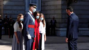 El presidente del Gobierno, Pedro Sánchez, saluda a los reyes Felipe VI y Letizia y sus hijas, la princesa Leonor y la infanta Sofía a su llegada a la plaza de la Armería del Palacio Real de Madrid, este 12 de octubre.