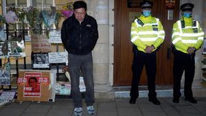 El embajador birmano en el Reino Unido, Kyaw Zwar Minn, junto a la entrada de la sede diplomática, el miércoles por la noche.