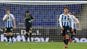 Nico Melamed, en primer plano, se lamenta tras un gol del Cartagena.