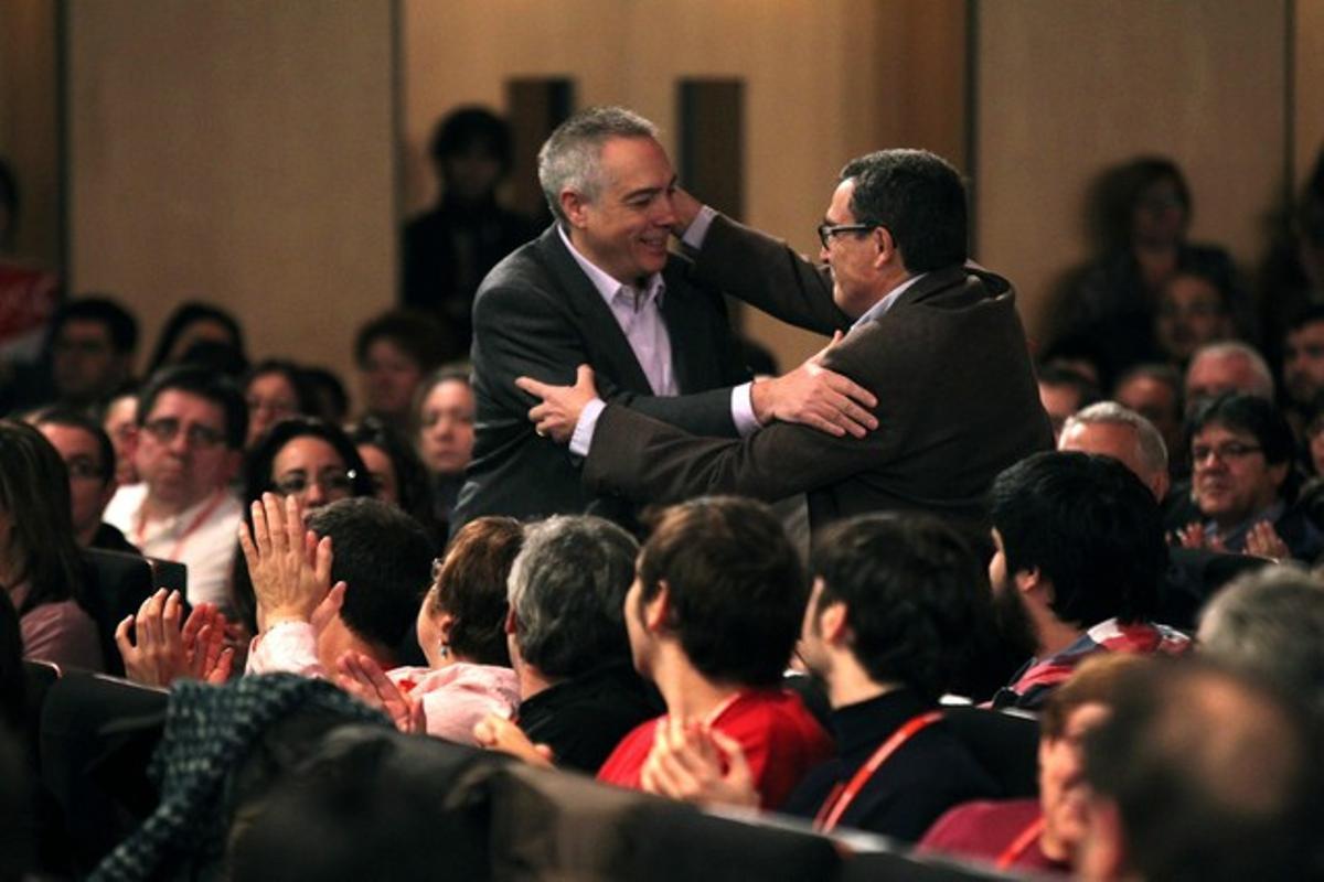 Àngel Ros y Pere Navarro se felicitan durante el congreso del PSC.