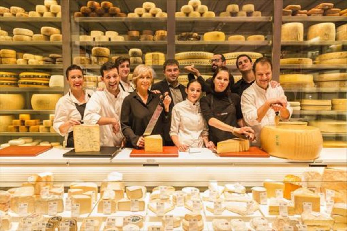 El equipo de Vilaviniteca y sus neveras de quesos, en L'Illa Diagonal.