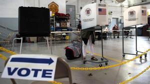Un elector ejerce su derecho al voto en Virginia, en una imagen de archivo.