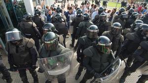 Antidisturbios de la Guardia Civil durante el 1-O en Ribera d'Ebre.