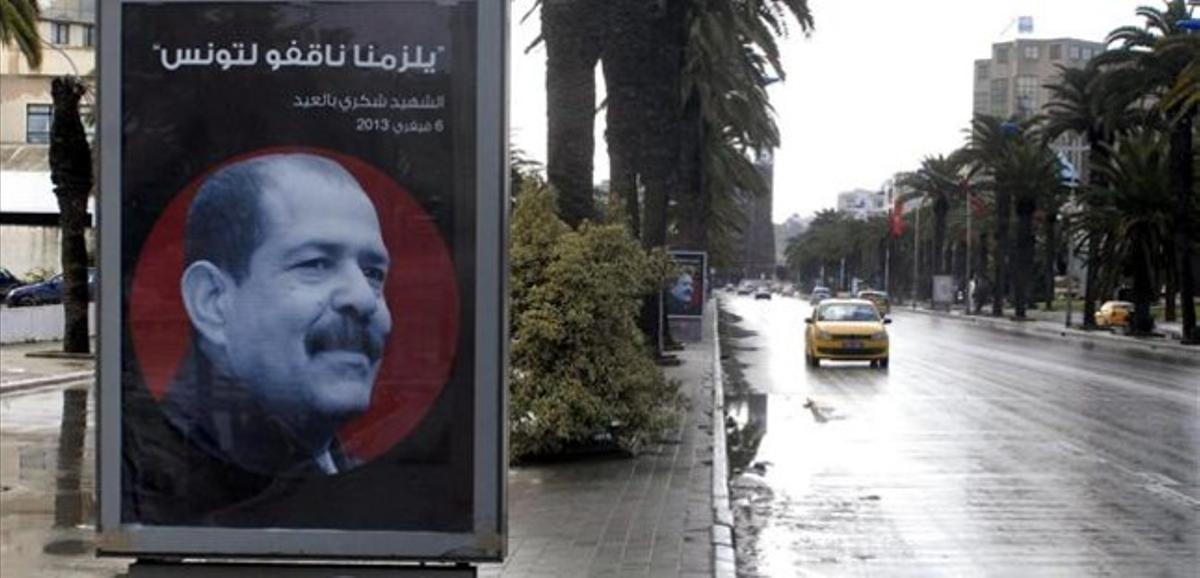 Un cartel con la imagen de Bel Aid en una calle desierta de Túnez por la huelga general, este viernes.