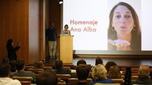 Intervención de Amaya, hermana de Ana Alba, durante el homenaje dedicado a la periodista.