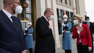 Recep Tayyip Erdogan, recibiendo al presidente del Consejo de la UE, Charles Michel (izq.), Y a la presidenta de la Comisión de la UE, Ursula Von der Leyen.