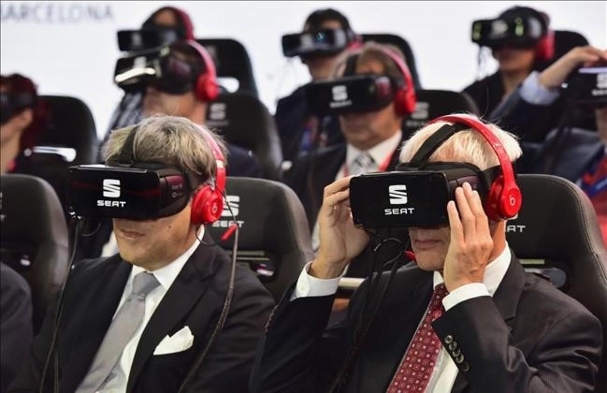 Los presidentes de Seat, Luca de Meo (izquierda), y de Volkswagen, Matthias Müller, en la presentación con gafas de realidad virtual en el Salón de París.