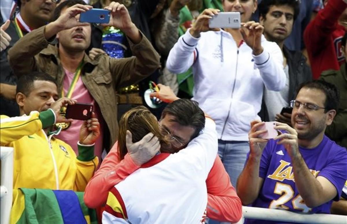 Mireia Belmonte se abraza con su padre tras ganarla medalla de oro en 200m mariposa en los Juegos de Río 2016.