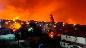 Humo y llamas en un incendio forestal en la isla de Eubea, en Grecia.