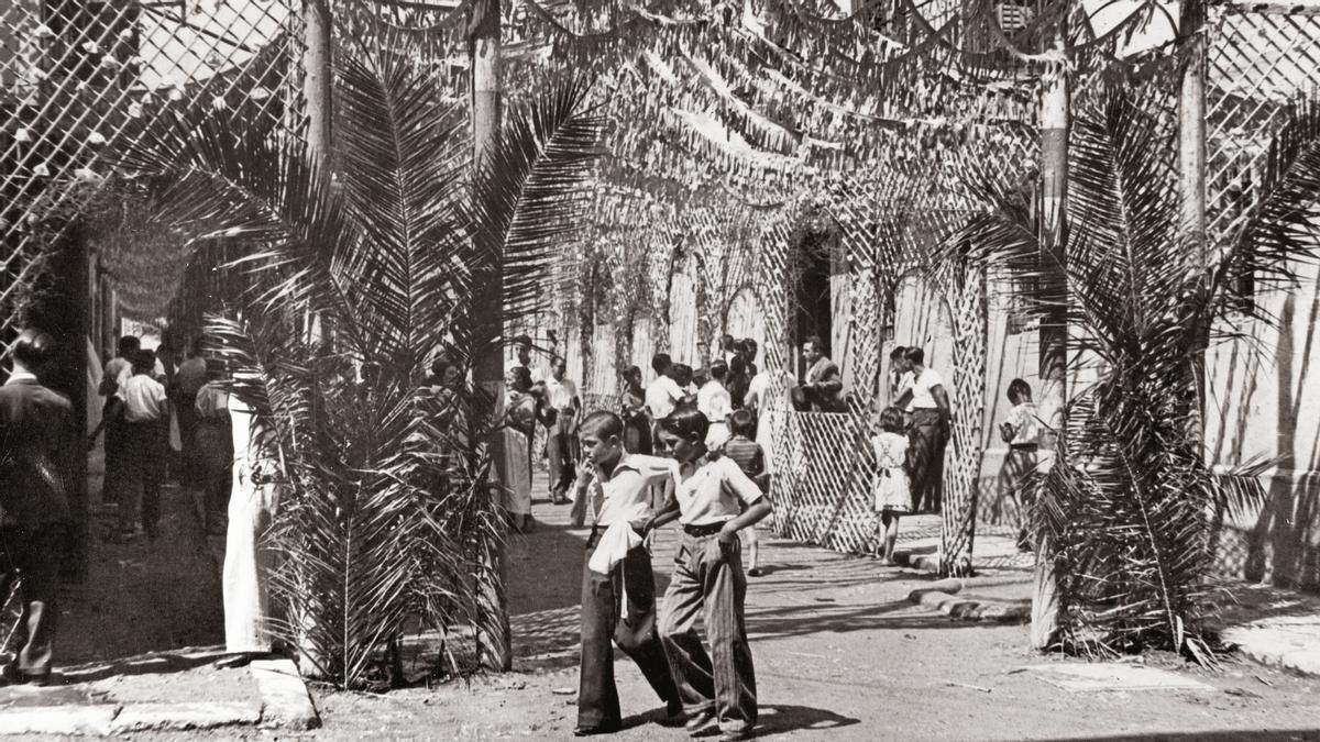 La calle de Santa Caterina, en 1935, aún con ornamentos vegetales, antecedente de los decorados de cartón piedra que terminarían por imponerse.