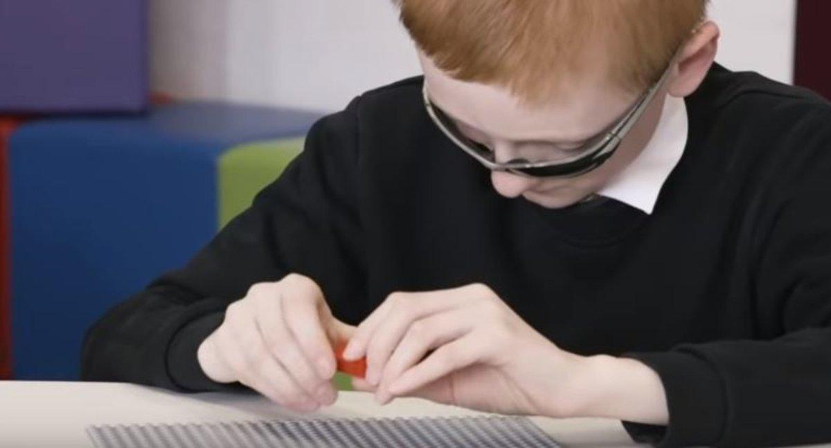 Lego llança els seus famosos maons perquè els nens cecs aprenguin a llegir Braille