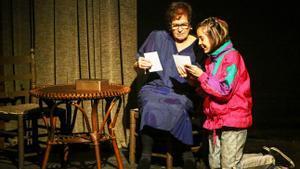 La pequeña Bruna mantiene una tierna relación con su abuela, Joaquima.