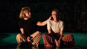 Dos actrices encarnan a Medea a lo largo de su vida.