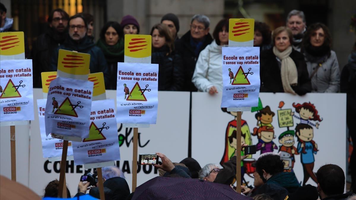 Concentracion de Som Escola en apoyo a la inmersion linguistica en Catalunya, ante el Ayuntamiento de Barcelona, en el año 2018.