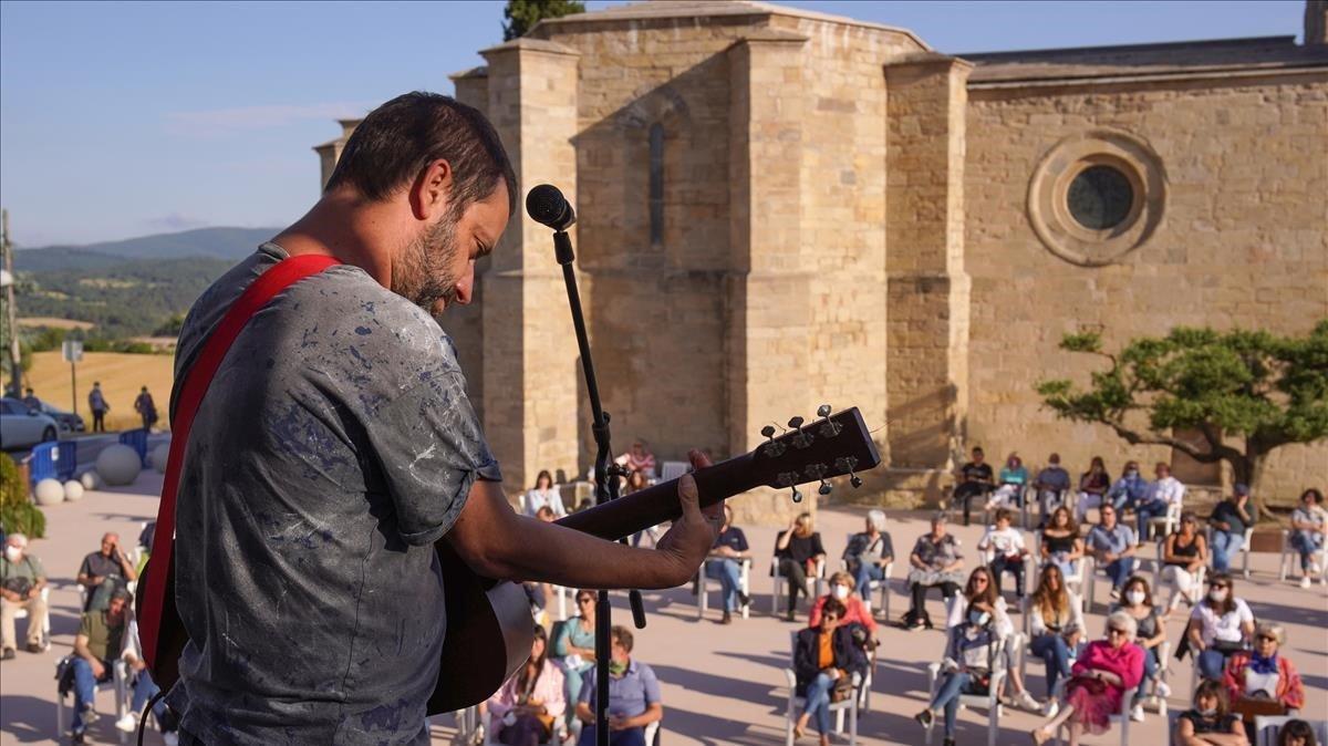 Mazoni actúa para el público de Santa Coloma de Queralt, en la Conca de Barberà, el 6 de junio de 2020.