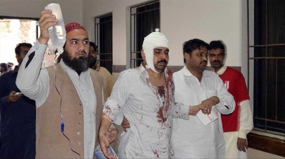 Un herido en el atentado, acompañado por familiares tras recibir atención médica, este viernes.