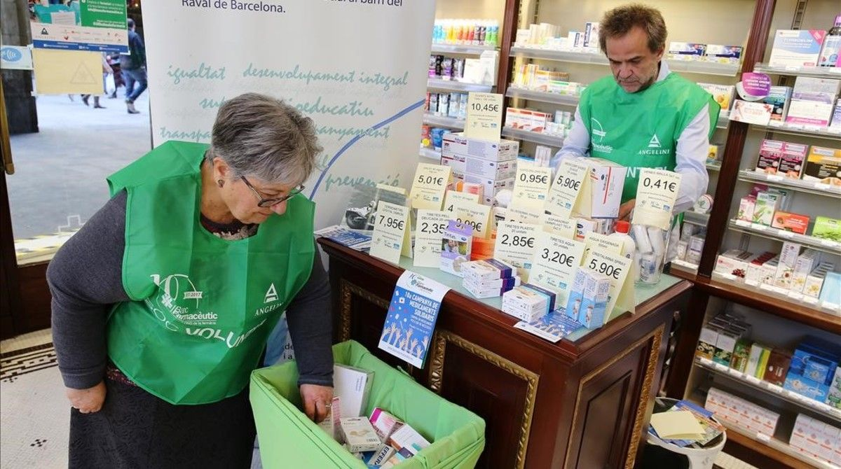 Una voluntaria coloca medicamentos, enla farmacia La Rambla,que recogepara la fundaciónCentre Obert Joan Salvador Gavina del Raval.