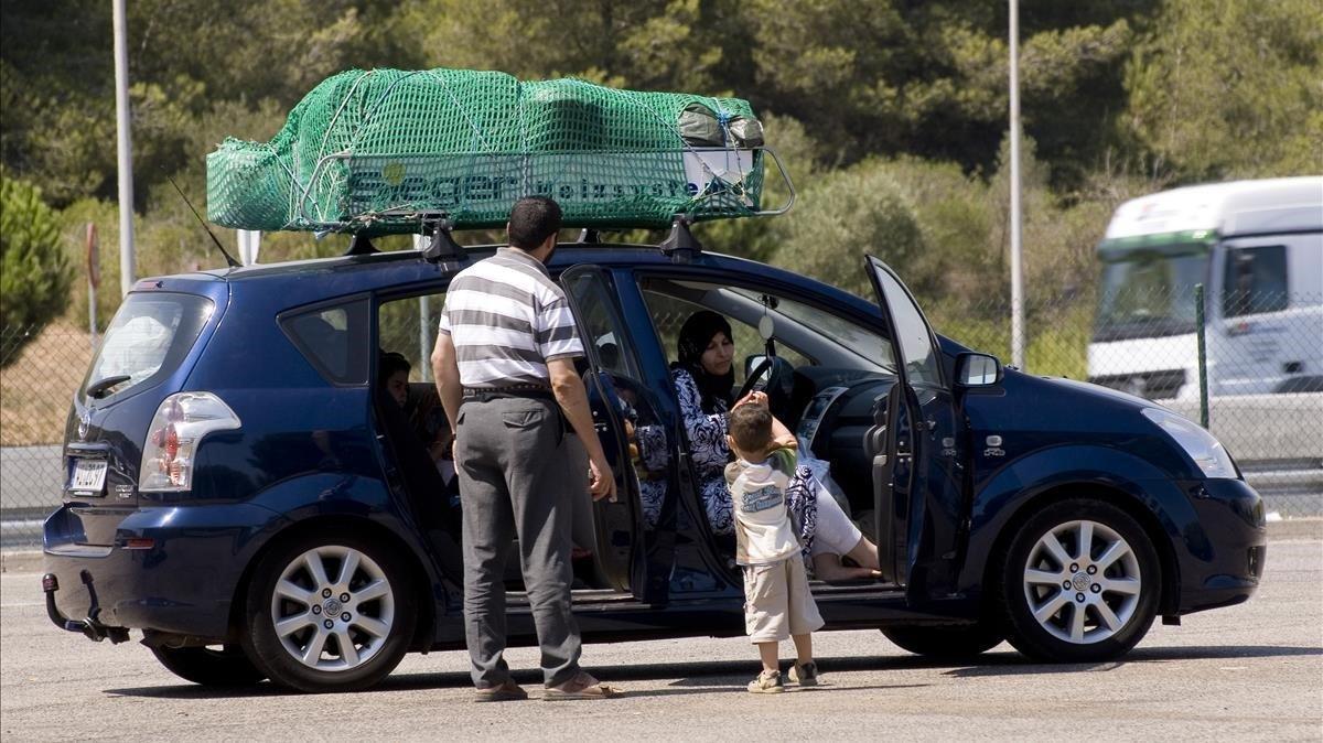 Una familia magrebí descansa en el área de servicio de El Medol (Tarragona) durante la Operación Paso del Estrecho, en agosto de 2009.