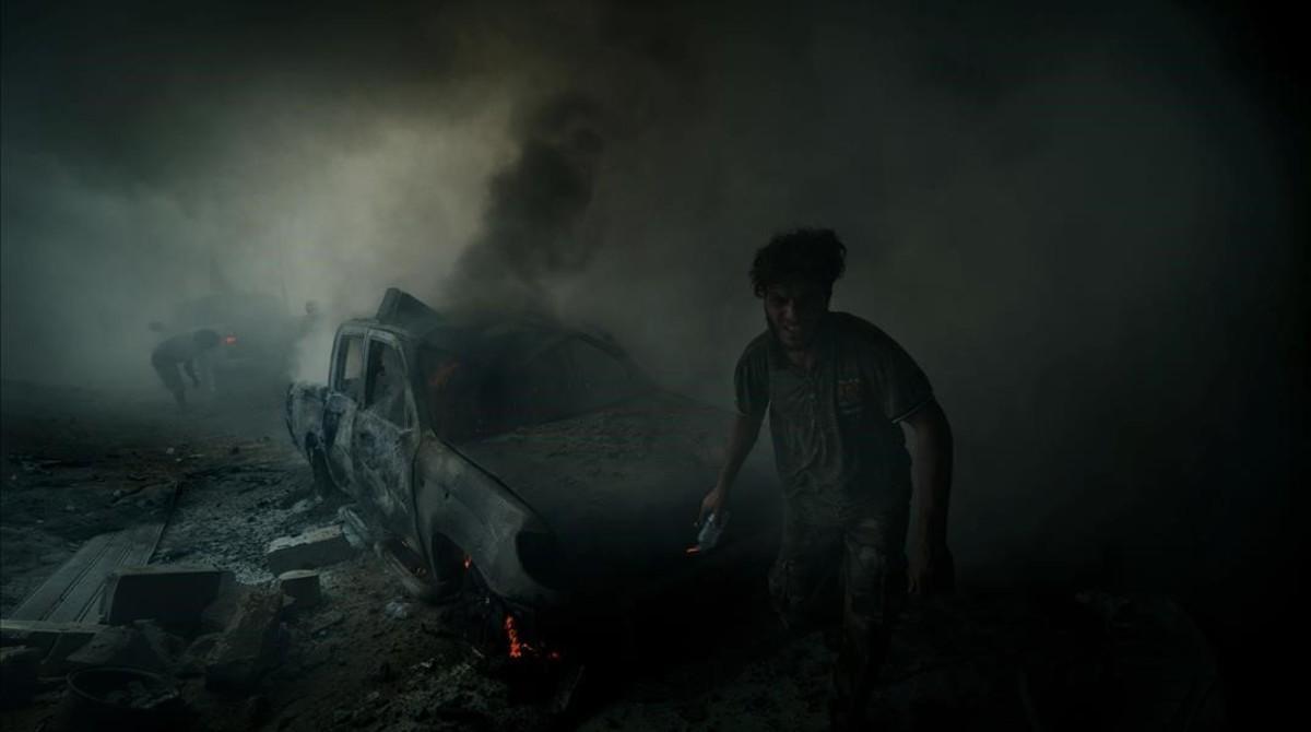 Imagen tomada poco después de estallar un coche bomba accionado por un suicida en Sirte.