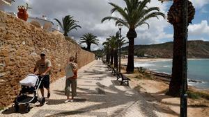 La gente camina junto a la playa cerca del complejo donde Madeleine McCann, de tres años de edad, desapareció en 2007 en Praia da Luz, Portugal.