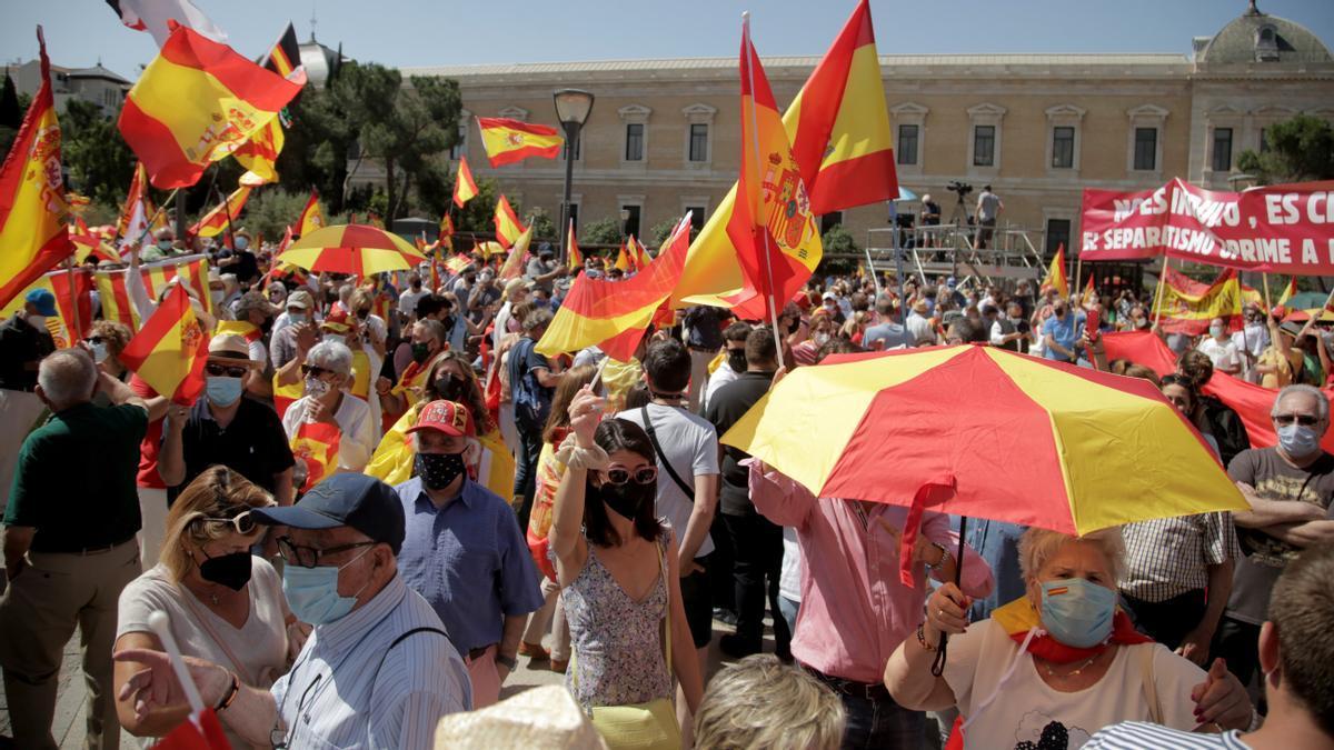 Manifestantes contra los indultos en la plaza de Colón de Madrid