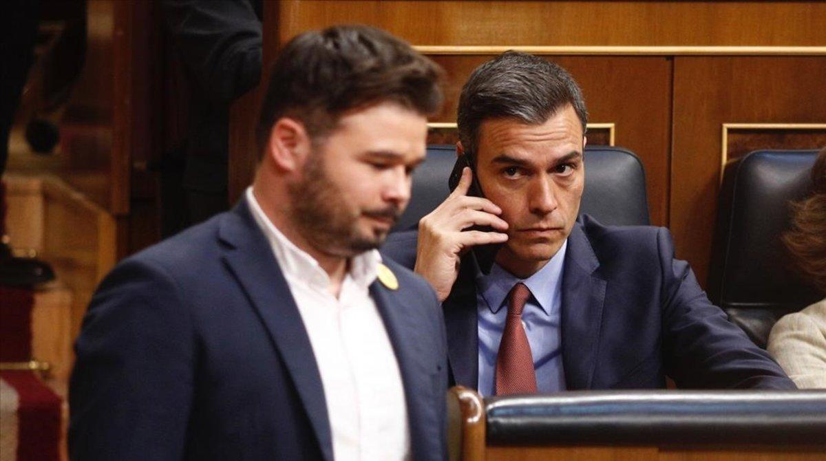 El presidente del Gobierno, Pedro Sánchez, y el portavoz de ERC, Gabriel Rufian, en un pleno pre-covid19,el pasado mes de mayo en el Congreso.