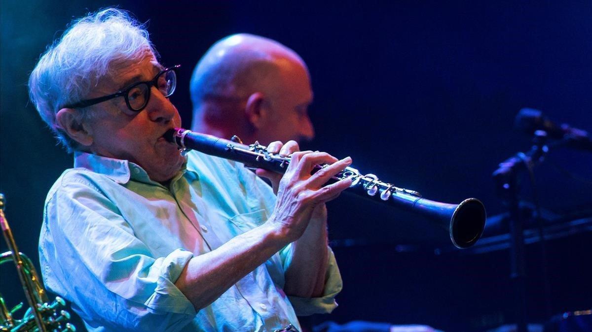 El cineasta y clarinetistaWoody Allen durante su actuación conlaEddy Davis New Orleans Jazz Band en Pedralbes, el pasado martes.