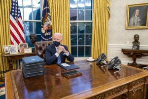 Joe Biden, en el Despacho Oval, en su primer día como presidente de EEUU.
