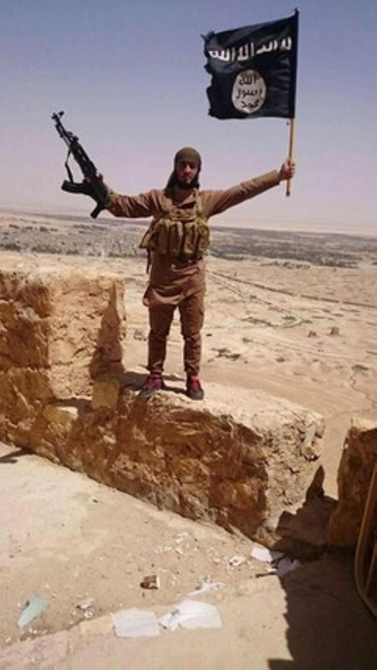 Un yihadista del Estado Islámico posa en la ciudadela de Palmira.