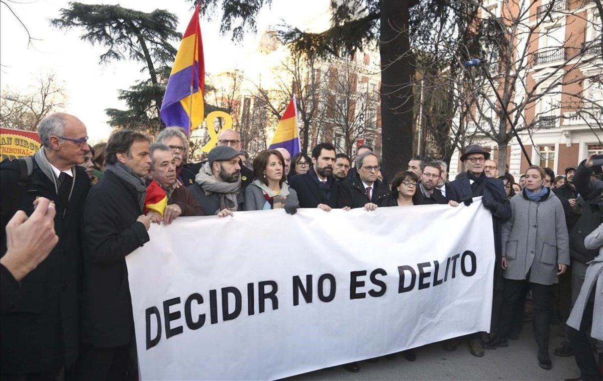 Roger Torrent, Quim Torra y otros miembros del Govern,con una pancarta a las puertas del Supremo.