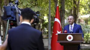 El ministro de Exteriores turco Mevlut Cavusoglu comparece ante la prensa en Ankara.
