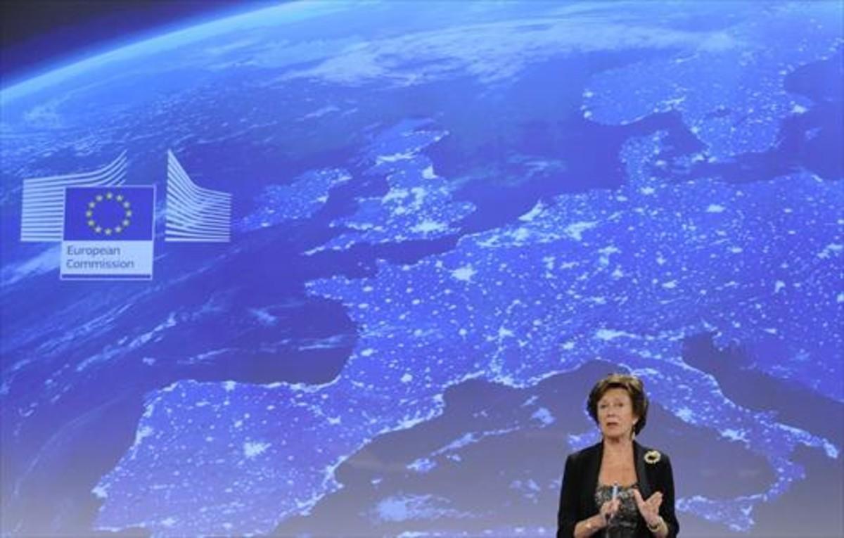 Imagen de archivo de Neelie Kroes, durante una conferencia de prensa, cuando era comisaria europea.