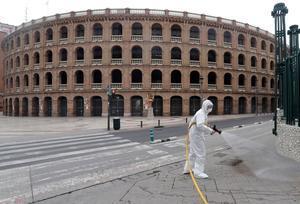 Trabajos de desinfección por el coronavirus ante la plaza de toros de Valencia.