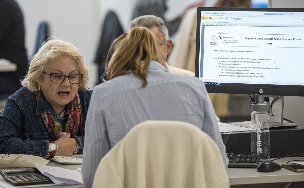 Una ciudadana hace la declaración de la renta en una oficina de la Agencia Tributaria.