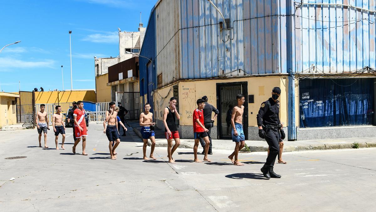La situación se tensa en Ceuta por la afluencia de miles de inmigrantes por las playas.